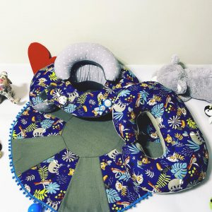 Sėdėjimo/Atraminė pagalvė su lavinamuoju žaidimų kilimėliu + Maitinimo/Žindymo pagalvė ,,MĖLYNASIS MEŠKUTIS,,