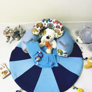 Sėdėjimo/Atraminė pagalvė su lavinamuoju žaidimų kilimėliu ,,MĖLYNASIS SMAGUTIS,,